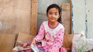 Cô bé nhặt ve chai xinh đẹp dễ thương bị mẹ bỏ rơi vui mừng với món quà đến từ Mỹ