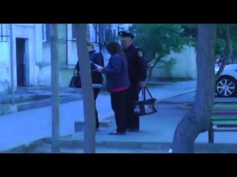 Polis Seçki Qutusunu Daşıyır