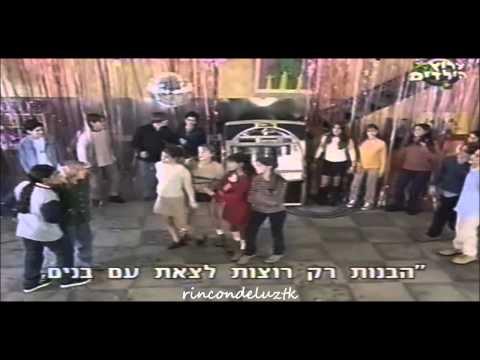 """Chiquititas 1998: Los chicos cantan y bailan la cancion """"La Edad Del Pavo"""" en la fiesta."""