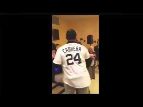 Miguel Cabrera bailando merengue en hospital de niños de Detroit