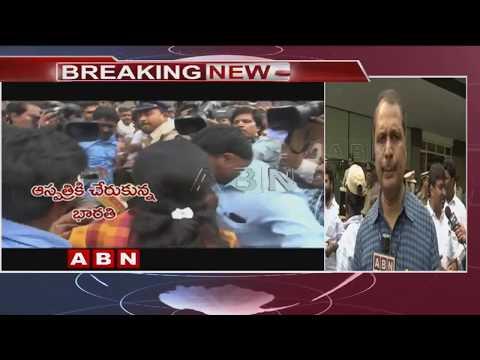 YS Jagan's wife Bharathi reaches hospital |  వైఎస్ జగన్పై కత్తితో దాడి | ABN Telugu