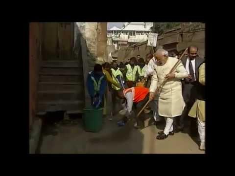 Narendra Modi brooms and cleaned a Varanasi street !