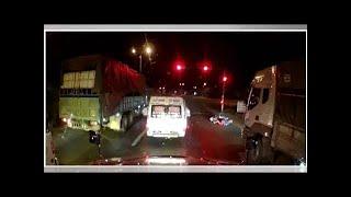 News24h-Nhân viên nhà xe đánh người đi xe máy chở trẻ nhỏ ngã lăn ra đường