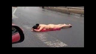 TIN SỐC - cả đường phố chết lặng khi thấy cô gái khỏa thân nằm giữa đường