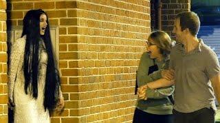 Սարսափազդու աղջիկը քաղաքում վախեցնում է անցորդներին