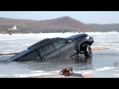 Машина ушла под лед. о.Русский, бухта Новик