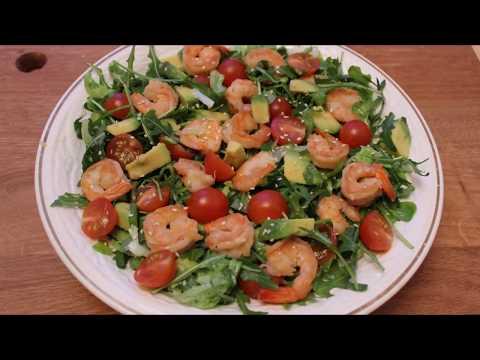 Салат с креветками авокадо и помидорами черри .