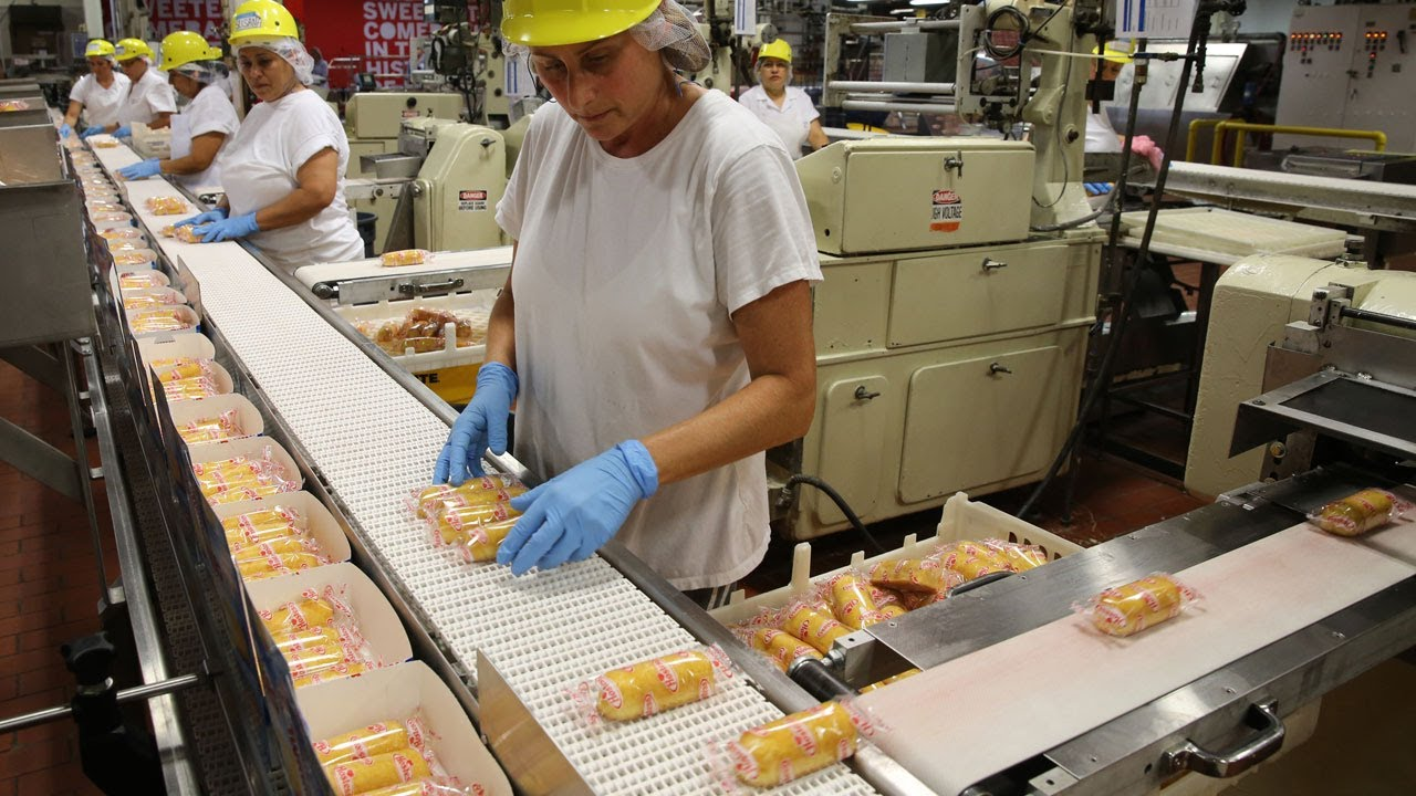Hostess Twinkies roll off assembly line once again - YouTube