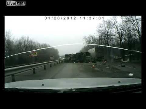 Грузовик сбил 2 дорожных рабочих в Ростовской области