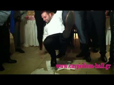 Ηπειρώτικος χορός πάνω σε ποτήρια σε δεξίωση γάμου.