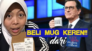 "Buka paket dari CBS Store: Beli mug donasi dari ""The Late Show with Stephen Colbert"""