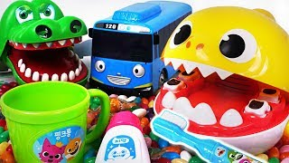 Pinkfong Baby Shark Tooth Brush Play set! Let's brush Tayo, Crocodile's teeth #PinkyPopTOY