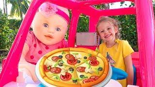 स्टेसी एक खिलौना रेस्तरां के साथ खेलती हैं