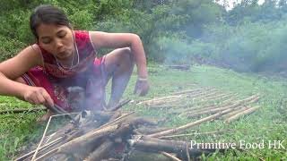 Survival Skills - Catch fish so many with forest tree leaves - Cooking fish in bamboo tube delicious