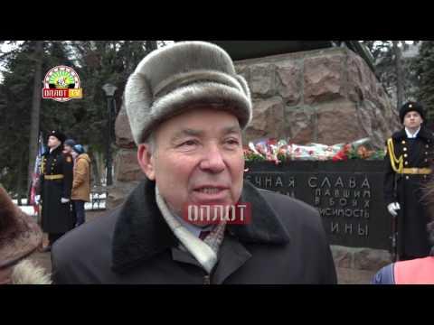 Цветы к памятникам освободителям Донецка
