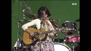 Joan Baez canta