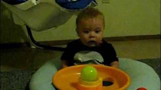 Bebé excitado con bolas de colores