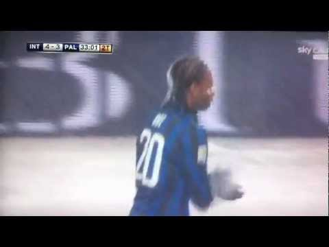 Obi si tuffa nella neve durante la partita Inter - Palermo 4 - 4