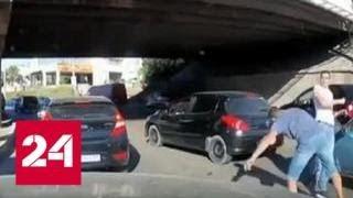 Крымчанин одним ударом отправил в нокаут сделавшего ему замечание водителя - Россия 24