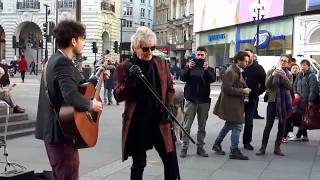 "Download Lagu Rod Stewart - Impromptu street performance ""Handbags And Gladrags"" At London's Piccadilly Circus Gratis STAFABAND"
