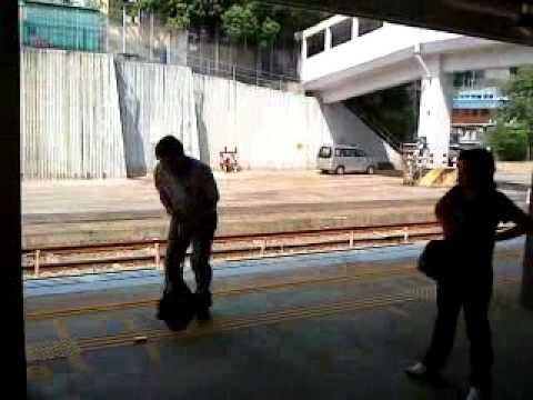 光天白日賤男在火車內坐女人大脾,仲要聲大大,賤賤賤26-10-2009
