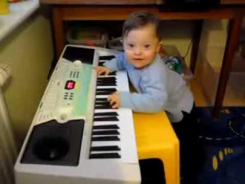 Jaś Z Zespołem Downa Gra Na Keyboardzie