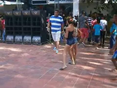 Bailando champeta-se mueve vacano la hembra