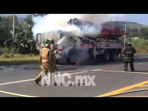 Se incendia camión de bombeo en la autopista Tepic- Villa unión