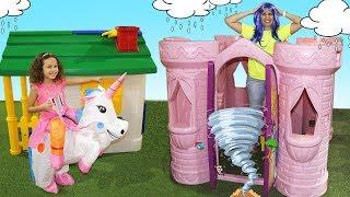 Valentina finge brincar Brincar de vizinhas com casas de brinquedos