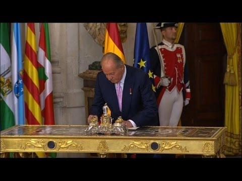 Espagne: le roi Juan Carlos signe son abdication