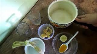 Membuat minuman jahe, sereh, madu, dan jeruk nipis untuk menjaga stamina tubuh