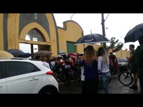 Em forma de protesto, ciclistas acompanham cortejo de amigo atropelado