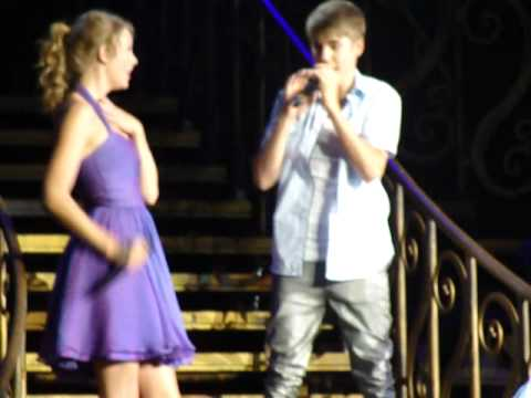 Justin Bieber and Taylor Swift - Baby- Justin Bieber and Taylor Swift Live 8/23/11