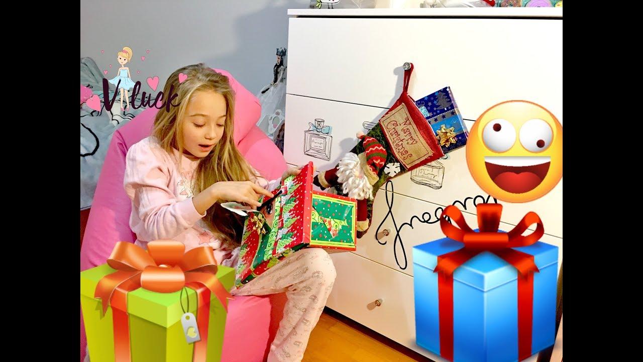 Диана и рома открывают новогодние подарки 3
