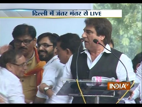 Raj Babbar addressing public at Jantar Mantar