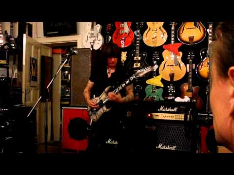 Michael Angelo Batio talks about his over/under technique [Berlin 13/10/10]