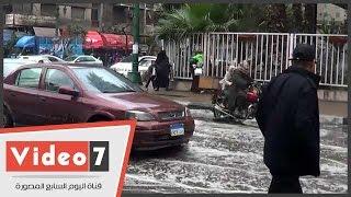 تحول رصيف مستشفى القصر العينى إلى بركة مياه أثناء سقوط الأمطار