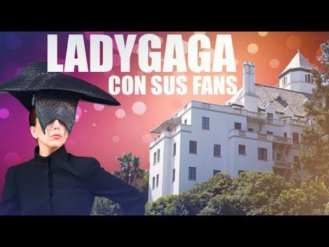 Lady Gaga con los fans a la salida del Chateau Marmont