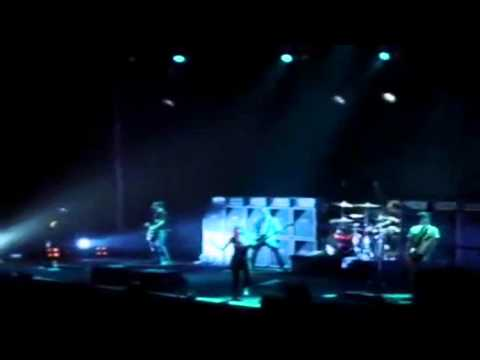 Avril Lavigne - American Idiot (Green Day Cover)live