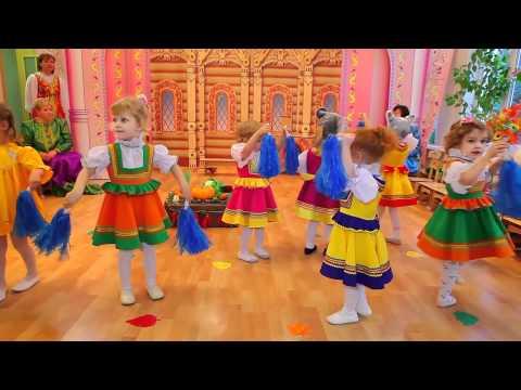 Музыкальный руководитель с детьми - танец Дождик.