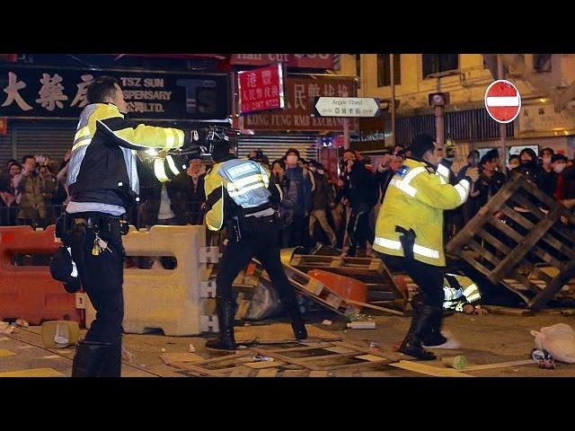 Une intervention de la police tourne à l'émeute à Hong Kong
