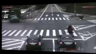 LKW überrollt fast einen Mopedfahrer!