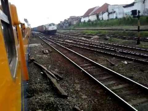 Balapan Kereta di Bandung : KRD Ekonomi vs KA Barang Container
