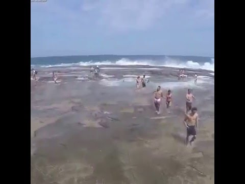 [Large Waves Injure Over 100 People in One Day] Video