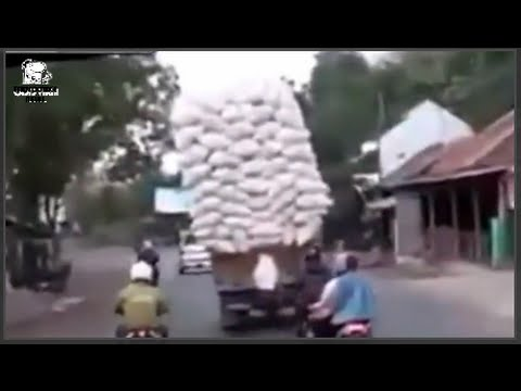 [Indonesia] funny truck overloads crashes tips over - 实拍超载车辆就这么被压侧翻了