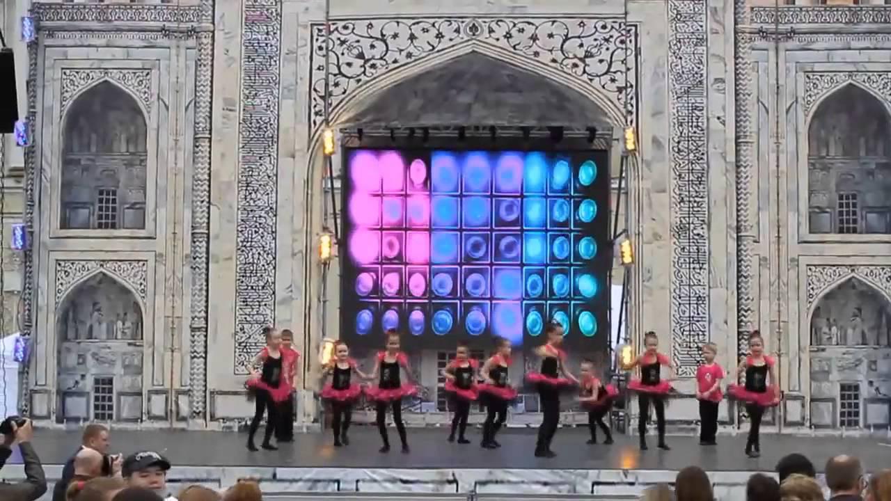 """Конкурс """"Звезда танцпола"""" 01.06.2014 года на Дворцовой площади. Выступает шоу группа """"Diva Baby Dance""""."""