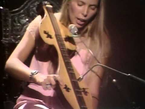 Joni Mitchell playing live in 1970