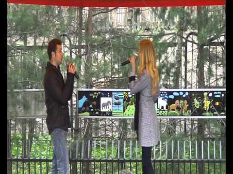 Zoo sode Martynas Beinaris ir Lina Jurevičiūtė atlieka Wide Awake (sezono atidarymas).avi