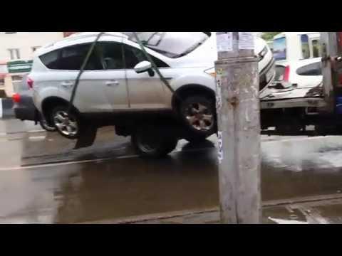 Эвакуатор уронил машину в Красноярске 14.05.2014