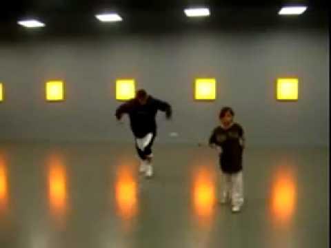 Девочка и взрослый парень синхронно танцуют хип хоп